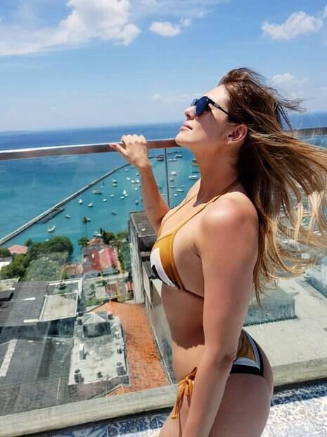 Lívia Andrade esbanja boa forma em dia de sol na Bahia