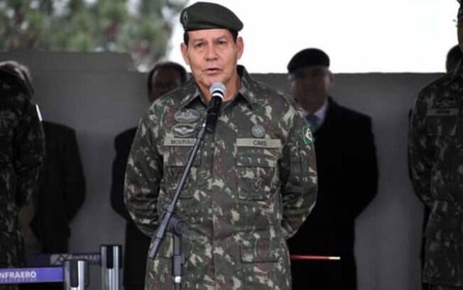 Mourão afirmou que a comunicação do novo governo é ruim e que procura por alguém que faça uma 'comunicação decente'
