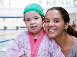 Elizângela e a filha Daniela: vivência da simulação de risco ajuda crianças a se familiarizar com salvamento