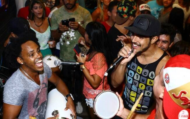 Caio Castro canta para Andressa Urach e clientes