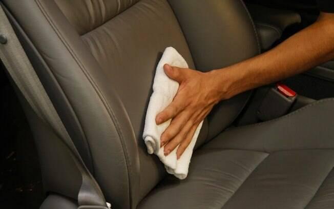 Manter os bancos de couro limpos e em bom estado é fácil, mas não caia em armadilhas como usar hidratante de pele.