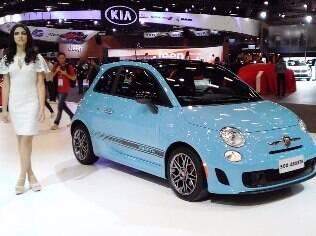 Fiat 500 Abarth é mostrado na cor azul claro e continua sendo vendido no Brasil