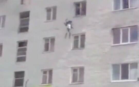 Vídeo: Mãe russa lança os 2 filhos pela janela do 4º andar de prédio em chamas - Mundo - iG