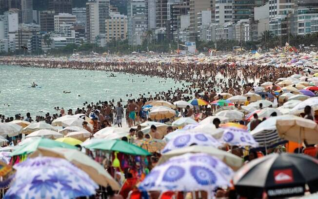 Praia lotada no Rio de Janeiro