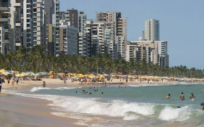 As águas esverdeadas da praia de Boa Viagem, em Recife