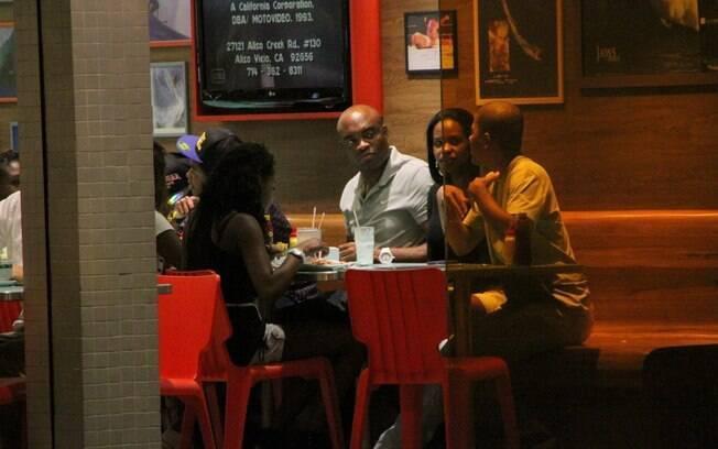 Depois do cinema, lutador foi encontrar a mulher para jantar, na companhia dos filhos