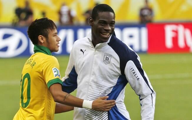 Neymar abraça Balotelli antes do jogo