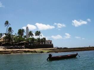 Praia do Forte atrai diferentes perfis de turistas, de aventureiros a famílias com crianças