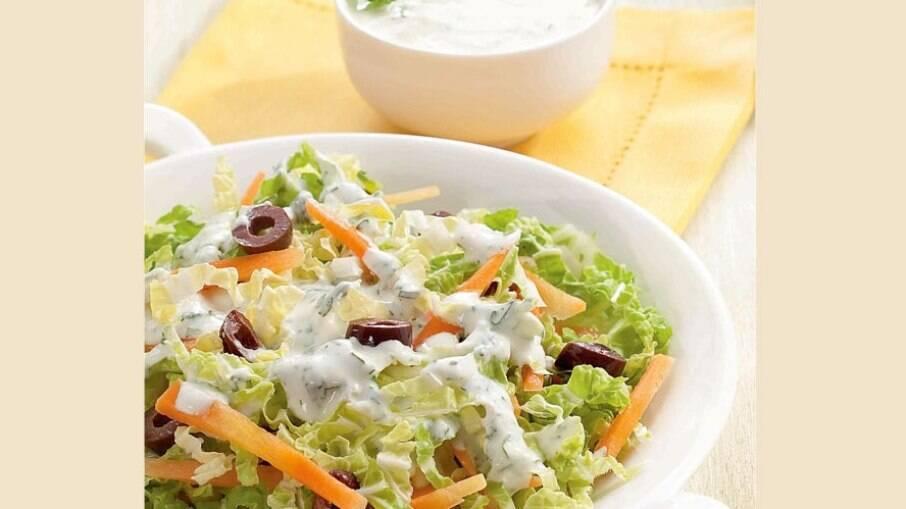 A salada de acelga é rápida e ainda tem um molho refrescante