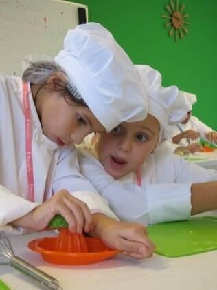 Paciência, organização e trabalho em equipe: benefícios desenvolvidos na cozinha
