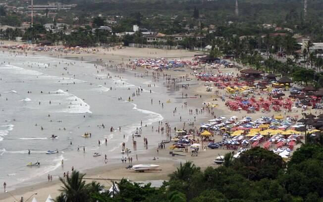 Movimentada Praia da Enseada tem boa estrutura para atender famílias