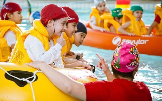 Crianças fazem aula de sobrevivência na água em academia em São Paulo