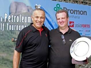Mauro Bayout recebe o troféu do Carlos Peixoto, organizador do evento