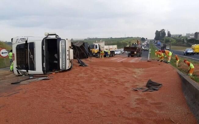Caminhão tomba e bloqueia trânsito na SP-304, em Santa Bárbara