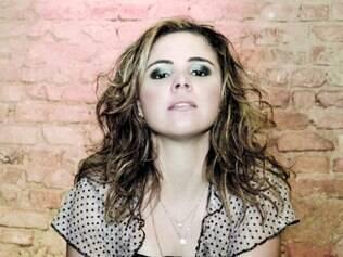Show. Roberta toca piano e violão, mas se dedica aos vocais no show