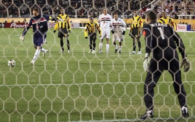 De pênalti, Rogério marca gol na vitória do  São Paulo sobre o Al Ittihad, na semifinal do  Mundial de 2005