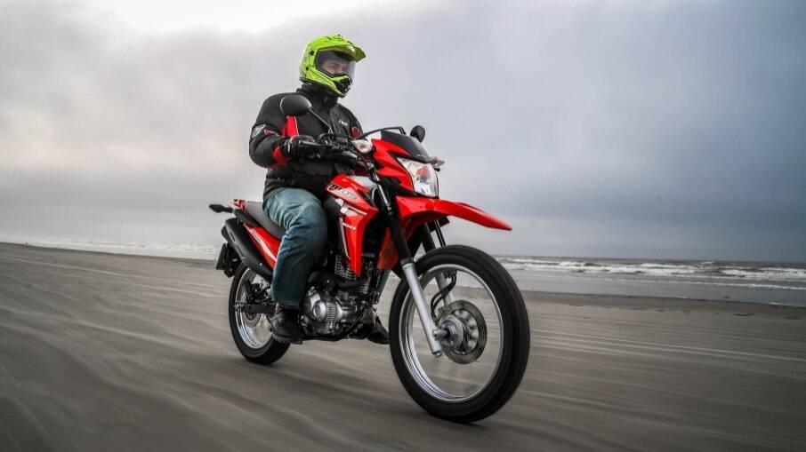 A Honda NXR 160 Bros vai bem na praia...