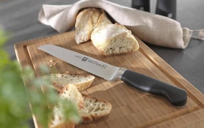 A lâmina serrilhada da faca de pão amassa menos os alimentos