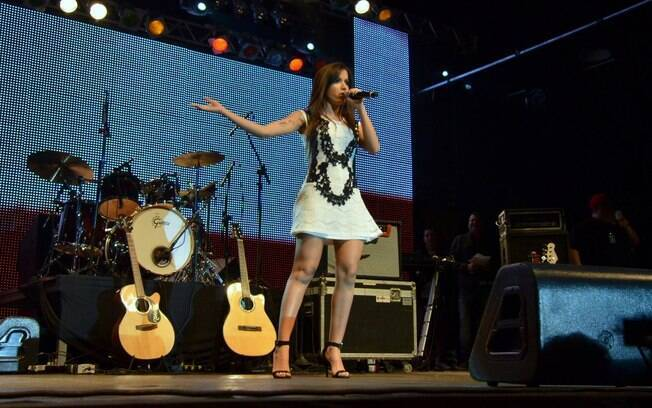 Anitta escolheu um microvestido branco para subir ao palco e animar os fãs