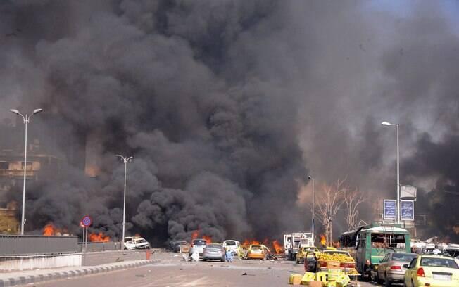 Chamas e fumaça são vistas em local de ataque no centro de Damasco, Síria (21/02)