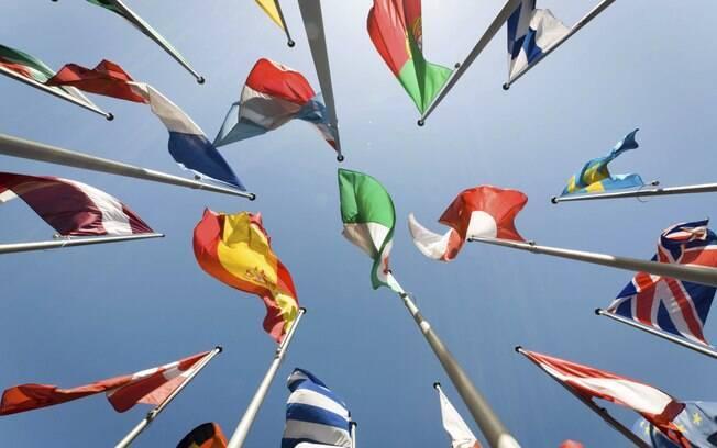 Visão de baixo de bandeiras de vários países