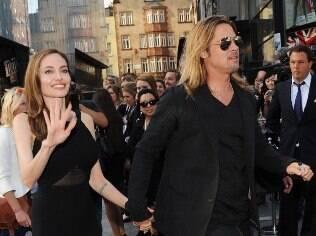 Angelina Jolie acena para os fãs na première