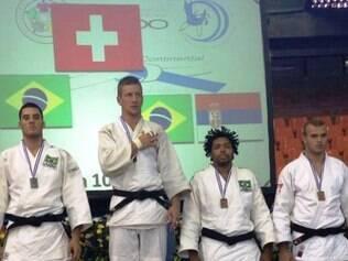 Pódio masculino da categoria meio pesado contou com dois brasileiros