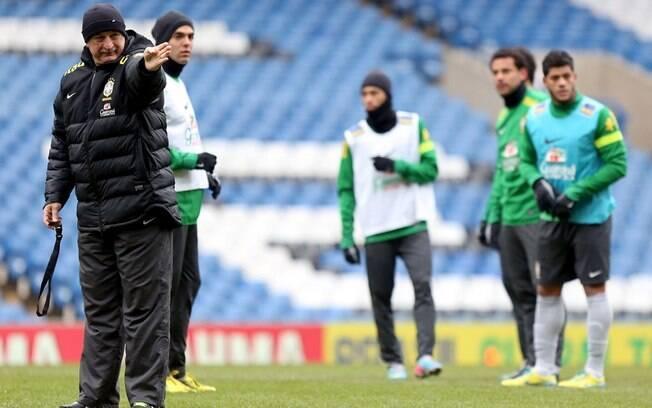 O técnico Luiz Felipe Scolari orienta os  jogadores durante o treino da seleção