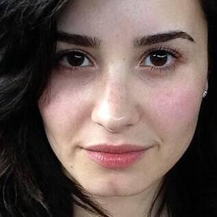 A cantora teen Demi Lovato também estimula suas fãs a deixarem a maquiagem de lado de vez em quando