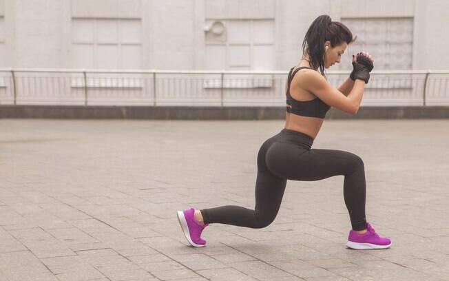 O lunge (ou avanço) trabalha os membros inferiores, com foco no quadríceps, gémeos, glúteos e bíceps femorais