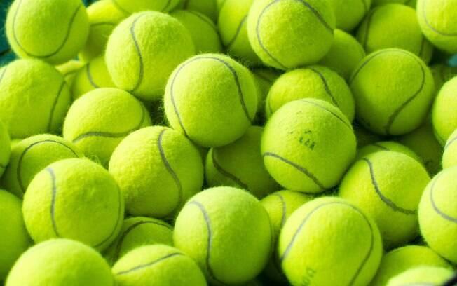 Bola de tênis na máquina de secar pode ajudar a deixar as peças mais macias, como casacos, lençóis e outros itens