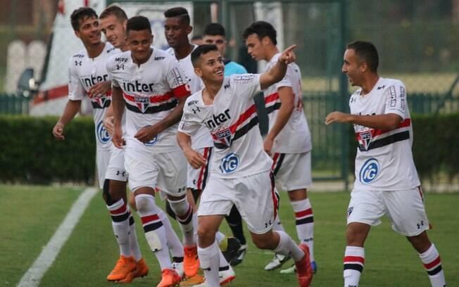 Jogadores do São Paulo comemoram gol contra o Corinthians