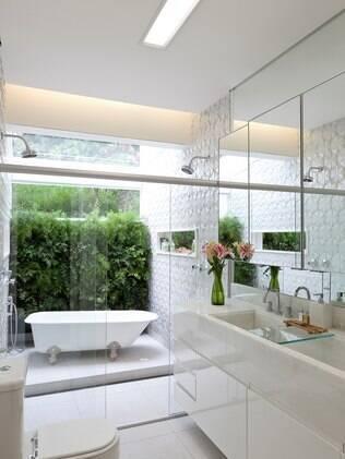 Luís Fábio Rezende de Araújo assina o projeto deste banheiro com box de vidro incolor