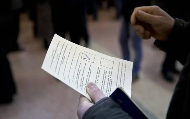 Eleitor segura cédula do referendo em Simferopol, Ucrânia
