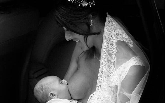 Noiva amamentando é fotografada minutos antes de subir no altar,  imagem emociona e viraliza nas redes sociais