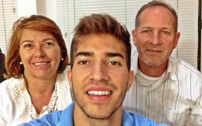Lucas Silva ao lado dos pais. Foto: Reprodução