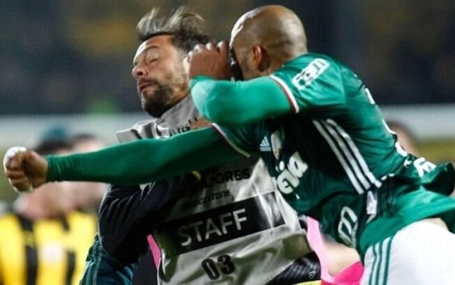 Uma das últimas polêmicas de Felipe Melo foi o soco que ele deu em um jogador do Peñarol