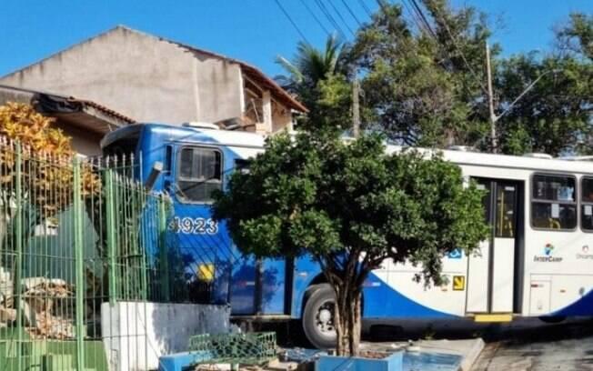 Ônibus perde freio, invade casa e atropela idosos em Campinas