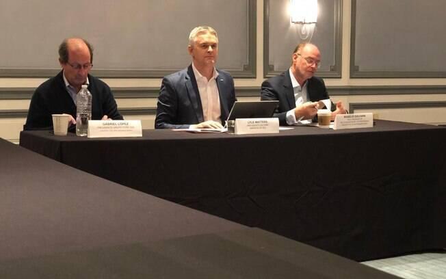 Gabriel Lopes, presidente do Grupo Ford Sul (à esquerda), Lyle Watters, presidente da Ford América do Sul (centro) e Rogelio Goldfarb, vice-presidente de comunicação