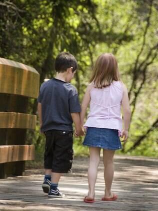 Antes de proibir a criança de se relacionar com o amigo, é fundamental manter a calma e ter uma conversa clara com ela