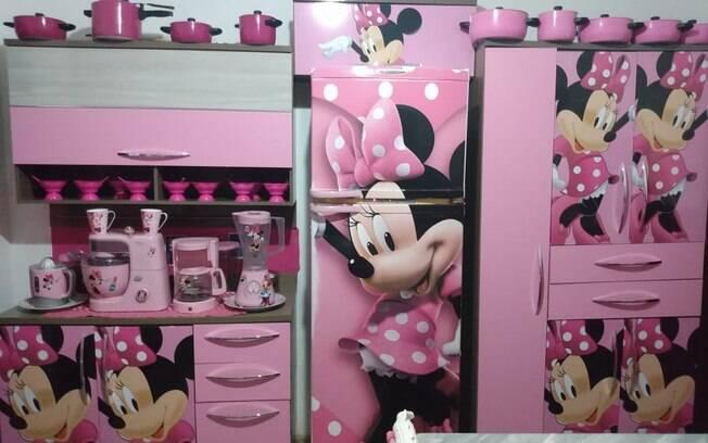 Cozinha de Nice com a geladeira em evidência, ao lado dos móveis decorados com a personagem Minnie Mouse