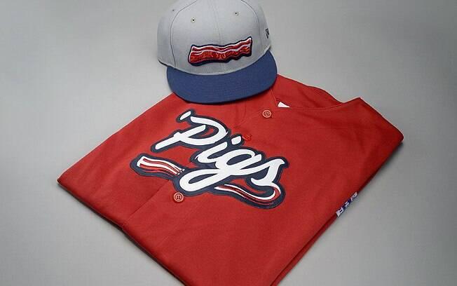 Novo uniforme de equipe de beisebol terá bacon como símbolo no boné e na camiseta