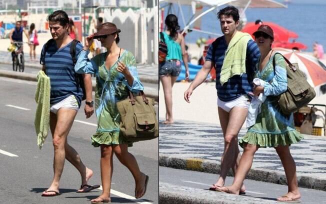 O casal deixa a praia do Leblon