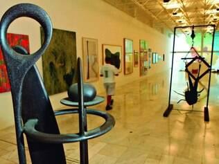 Coletiva. Em destaque, à esquerda,escultura de Paulo Lender, ao lado de pinturas de artistas mineiros representativos de diferentes épocas e estilos