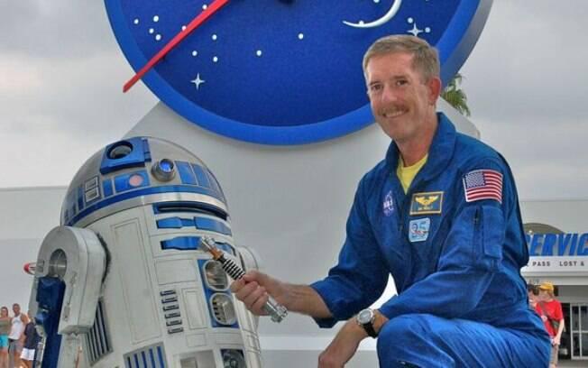 O astronauta Jim Reilly posa ao lado do