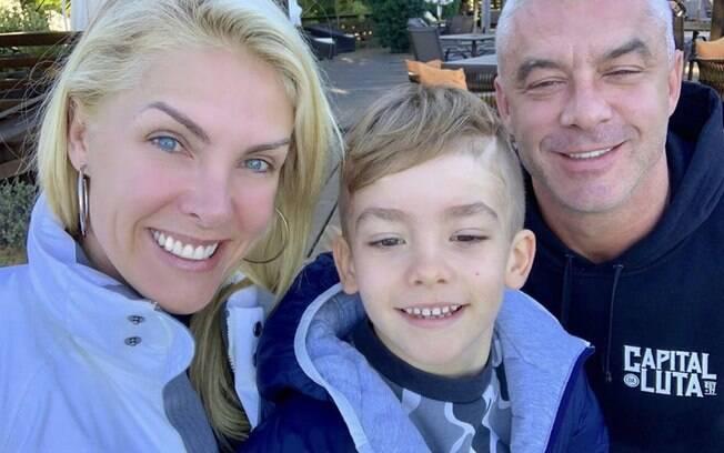 Ao lado do filho e do marido, Ana Hickmann faz pose para selfie
