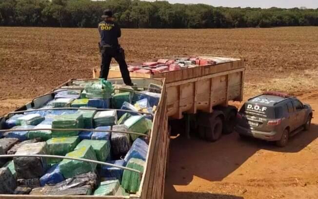 Caminhão trafegava com carga de maconha sem disfarces
