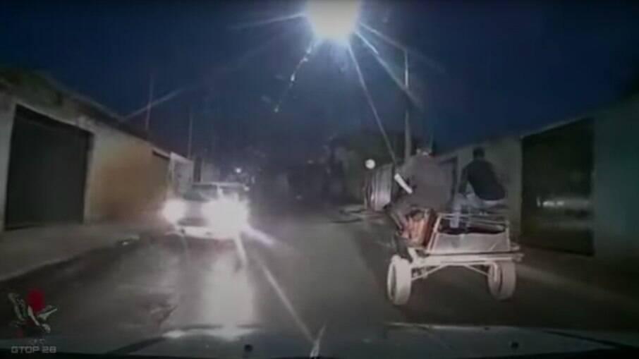 Suspeitos de assalto tentam fugir da PM usando carroça