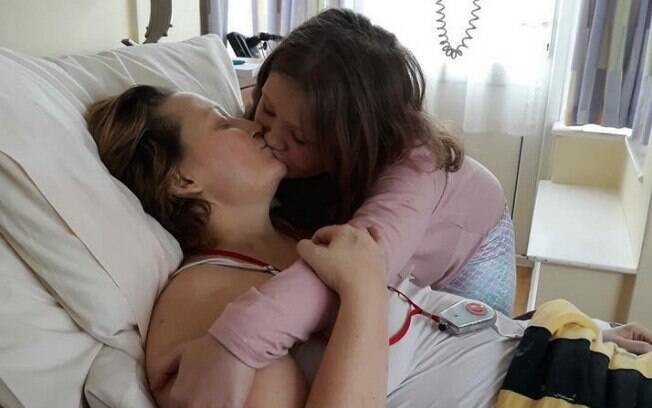 Foto do beijo entre mãe com câncer terminal e filha é postada no Facebook e emociona, pois a Roxy já era órfã de pai