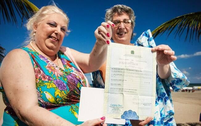 Maura de Almeida Moraes e Ana Lúcia Scapolatiello exibem orgulhosas certidão de casamento